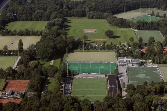 Sportvelden met Wagenerstadion (hockey) in het Amsterdamse Bos foto Peter Elenbaas